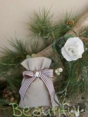 Μπομπονιέρες. Μπομπονιέρα Γάμου πουγκί, λινό φυσικό με κορδέλα γκρο ριγέ καφέ – εκρού με σατέν λουλουδάκι χειροποίητο.