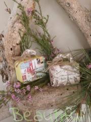 Μπομπονιέρες. Μπομπονιέρα Γάμου βαλιτσάκια, μεταλλικά Vintage με δέσιμο δίχρωμο από λινάτσα.