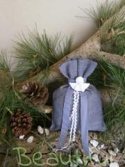 Μπομπονιέρες. Μπομπονιέρα Γάμου πουγκί, λινό μπλε με διακοσμητικό αγγελάκι αρωματικό και υφασμάτινη κορδέλα ριγέ χειροποίητο.