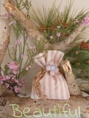 Μπομπονιέρα Βάπτισης. Μπομπονιέρα βάπτισης κορίτσι, πουγκί ριγέ μπεζ - ροζ με υφασμάτινο λουλούδι και δέσιμο από λινάτσα χειροποίητο.