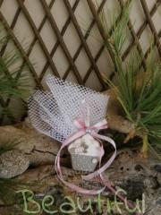 Μπομπονιέρα Βάπτισης. Μπομπονιέρα βάπτισης κορίτσι, cupcake κρεμαστό με κορδελίτσες και πέρλα.