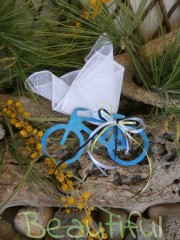 Μπομπονιέρα αγόρι. Μπομπονιέρα βάπτισης αγόρι ποδηλατάκι, ξύλινο μπλε με κορδελίτσες χειροποίητο.