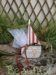 Μπομπονιέρες ιδιαίτερες. Μπομπονιέρα βάπτισης αγόρι, καραβάκι ξύλινο με αστερία και κορδόνι λινάτσα χειροποίητο.