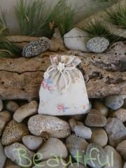 Μπομπονιέρα βάπτισης χειροποίητη. Μπομπονιέρα βάπτισης κορίτσι, πουγκί floral με λουλουδάκι χειροποίητο.