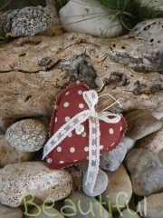 Πρωτότυπες μπομπονιέρες. Μπομπονιέρα Γάμου καρδιά, υφασμάτινη κόκκινη πουά με σατέν λουλουδάκι και δαντελίτσα χειροποίητο.