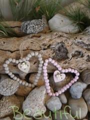 Μοντέρνες μπομπονιέρες. Μπομπονιέρα Γάμου καρδιές, ξύλινες ρόζ-γκρί με λουλουδάκια χειροποίητο.