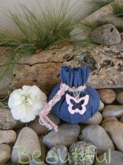 Μπομπονιέρα Βάπτισης. Μπομπονιέρα βάπτισης κορίτσι, πουγκί τζιν με μεταλλική πεταλούδα ροζ με δέσιμο από κορδόνι λινάτσα.