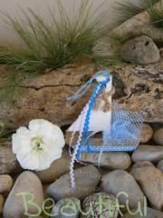 Μπομπονιέρα Βάπτισης. Μπομπονιέρα βάπτισης αγόρι, ξύλινο καραβάκι κρεμαστό με λινάτσα και κορδελάκια χειροποίητο.