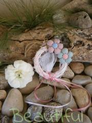 Μπομπονιέρα Βάπτισης. Μπομπονιέρα βάπτισης κορίτσι, ξύλινο στεφανάκι κρεμαστό με υφασμάτινα λουλουδάκια και γιρλάντα με ροζ φιογκάκια χειροποίητο.