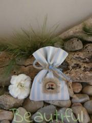 Μπομπονιέρες Βάπτισης. Μπομπονιέρα βάπτισης αγόρι, πουγκί ριγέ σιέλ- εκρού με λινάτσα, ξύλινο κουμπί με θέμα μουστάκι και κορδέλα από λινάτσα χειροποίητο.