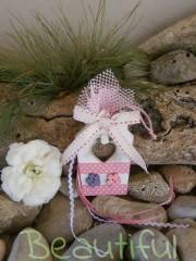 Μπομπονιέρα Βάπτισης. Μπομπονιέρα βάπτισης κορίτσι, σπιτάκι ξύλινο κρεμαστό με κουμπάκια και υφασμάτινο λουλουδάκι χειροποίητο.