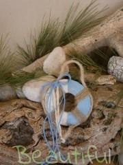 Μπομπονιέρες Βάπτισης. Μπομπονιέρα βάπτισης αγόρι, ξύλινο χρωματιστό σωσίβιο με δέσιμο από λινάτσα χειροποίητο.