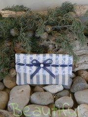 Μπομπονιέρες. Μπομπονιέρα Γάμου φάκελος, λινό ριγέ εκρού – μπλε με δαντέλα, κορδελίτσα μπλε και πέρλα χειροποίητο.