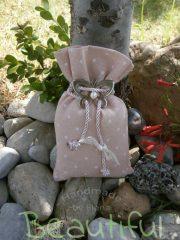 Μπομπονιέρα πρωτότυπη. Μπομπονιέρα βάπτισης κορίτσι πουγκί, ψάθα πουά ρόζ με μεταλλική καρδιά,πέρλα και κορδόνι σατέν χειροποίητο.