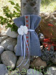 Μπομπονιέρα ιδιαίτερη. Μπομπονιέρα βάπτισης αγόρι πουγκί, τζίν βαμβακερό με αρωματικό τριαντάφυλλο και κορδέλα βαμβακερή με καρδούλες χειροποίητο.