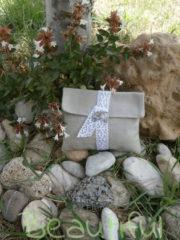 Μπομπονιέρα Γάμου, Φάκελος λινό μπέζ με κορδέλα απο δαντέλα και μεταλλικό φύλλο χειροποίητο.