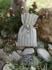 Μπομπονιέρα Γάμου, Πουγκί ριγέ εκρού με κορδόνι και λουλουδάκι χειροποίητο.