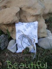 Μπομπονιέρα Γάμου, πουγκί γκρί floral με μπρελόκ καρδιά διπλή μαγνήτης, χειροποίητο.