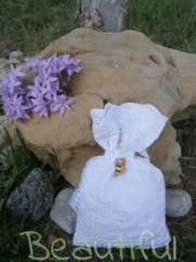 Μπομπονιέρα Γάμου, πουγκί δαντέλα με επίχρυσο διακοσμητικό ρόδι, χειροποίητο.